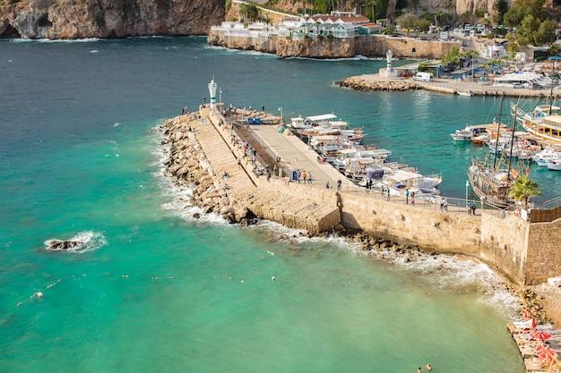 Uitzicht op de jachthaven in antalya