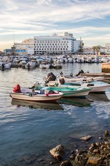 Uitzicht op de jachthaven in faro, portugal.
