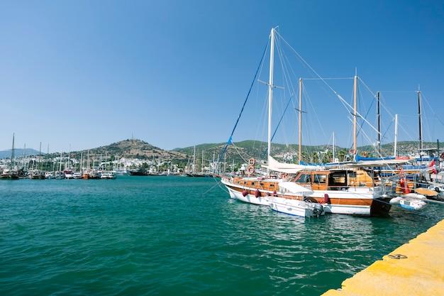 Uitzicht op de jachthaven van bodrum. bodrum, turkije - zomervakantie.