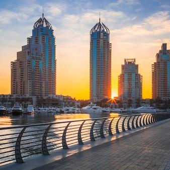Uitzicht op de jachthaven van dubai bij zonsopgang, verenigde arabische emiraten
