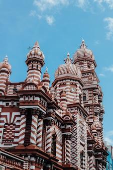 Uitzicht op de jami-ul-alfar moskee in colombo, sri lanka op een blauwe hemelachtergrond