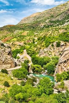 Uitzicht op de kahta-stroom in het zuidoosten van het taurusgebergte, turkije