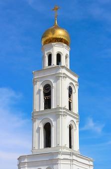 Uitzicht op de kapel met een vergulde koepel, kruis en klokkentoren