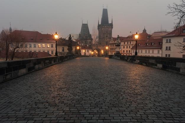 Uitzicht op de karelsbrug in praag tsjechië