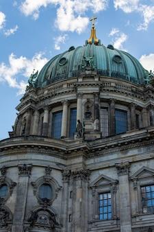 Uitzicht op de kathedraal van de rivier de spree, berliner dom in berlijn, duitsland