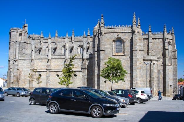Uitzicht op de kathedraal van guarda in portugal