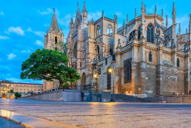 Uitzicht op de kathedraal van leon in castilla y leon, spanje