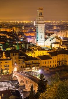 Uitzicht op de kathedraal van verona en de ponte pietra - italië