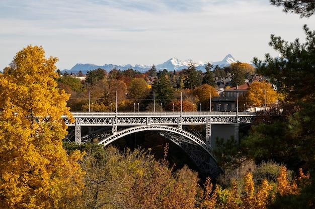 Uitzicht op de kirchenfeldbruecke-brug in bern in de herfst