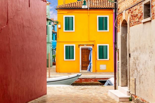 Uitzicht op de kleurrijke huizen op een zonnige dag