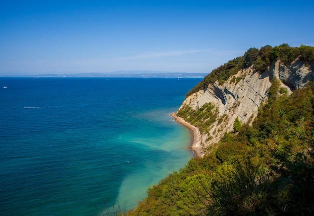 Uitzicht op de klif strunjan aan de kustlijn van slovenië.