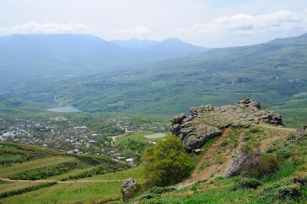 Uitzicht op de kliffen vanaf de top van de berg