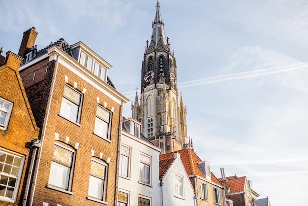 Uitzicht op de klokkentoren van de maria van jesse-kerk in de stad delft, nederland