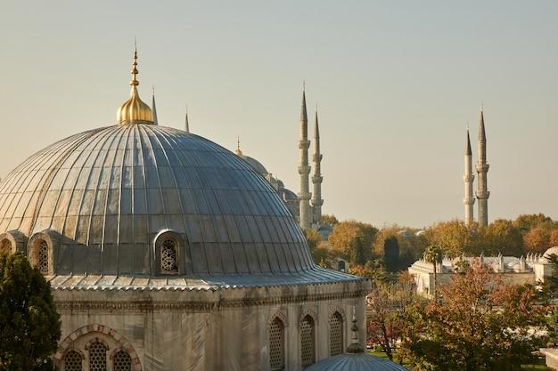 Uitzicht op de koepel en de toren van de moskee tegen de hemel. turkije istanbul