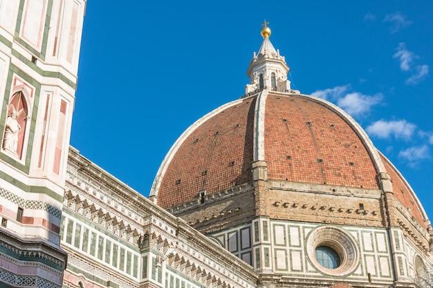 Uitzicht op de koepelkathedraal santa maria del fiore in florence, italië.