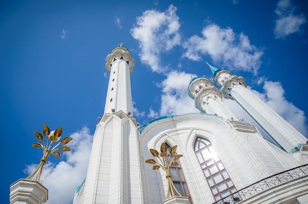 Uitzicht op de kul sharif-moskee op een zonnige zomerdag, minaretten tegen de blauwe hemel