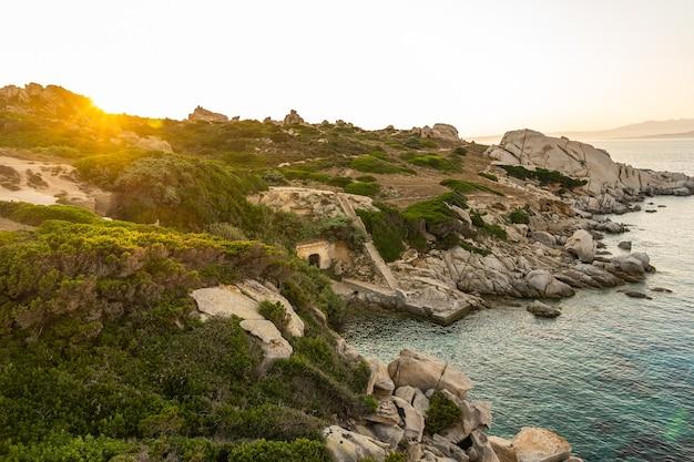 Uitzicht op de kust in capo testa bij zonsondergang - sardinië.