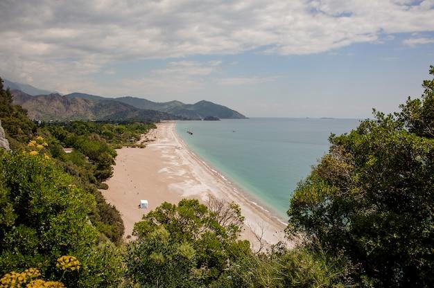 Uitzicht op de kust met een berglandschap