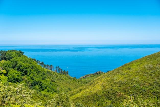Uitzicht op de kust op de berg igueldo, guipuzcoa, baskenland. excursie van san sebastián naar de stad orio door de berg igeldo met 3 vrienden.