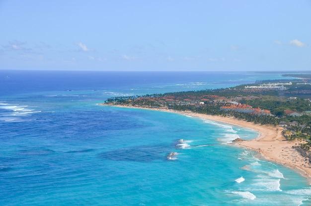 Uitzicht op de kust van het caribisch gebied.