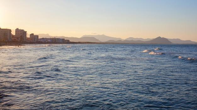 Uitzicht op de kust van palma de mallorca vanaf de zee
