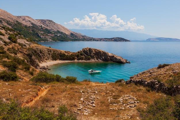 Uitzicht op de kust van stara baska tijdens de zomertijd, eiland krk in kroatië