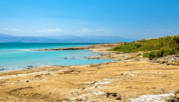 Uitzicht op de kustlijn van de dode zee in israël