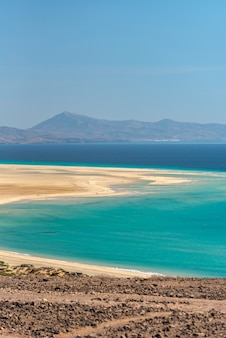 Uitzicht op de kustlijn van de playa de sotavento in fuerteventura, spanje