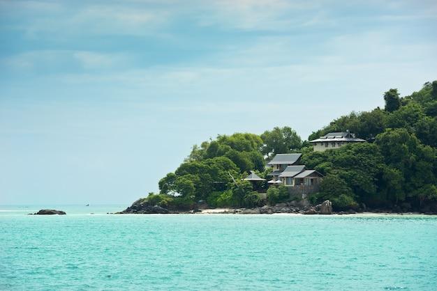 Uitzicht op de kustlijn van de seychellen met huizen in het bos