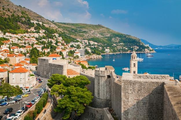 Uitzicht op de kustlijn van dubrovnik vanaf de stadsmuren, zuid-dalmatië, kroatië