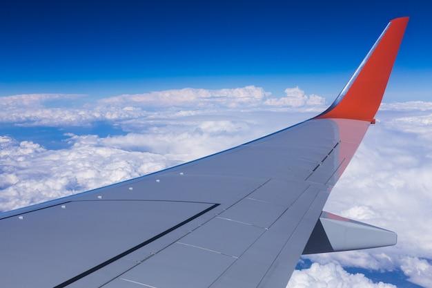 Uitzicht op de lucht door het raam van een vliegtuig.