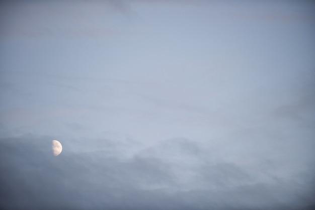 Uitzicht op de maan aan de hemel