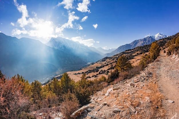Uitzicht op de majestueuze herfst bergen van nepal van trekking rond annapurna