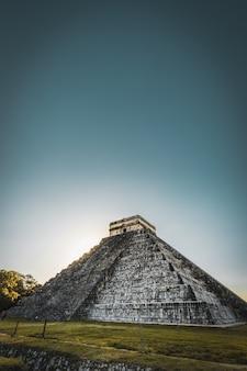 Uitzicht op de maya-piramide van kukulcan el castillo. ruïnes van de oude maya-stad, een van de meest bezochte archeologische vindplaatsen in mexico.