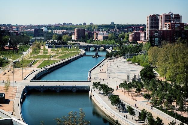 Uitzicht op de meest populaire rivier en park in de stad madrid