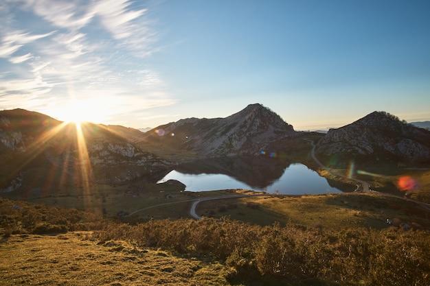 Uitzicht op de meren van covadonga in asturië (spanje)