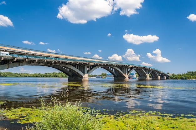 Uitzicht op de metro brug over de rivier de dnjepr in kiev, oekraïne