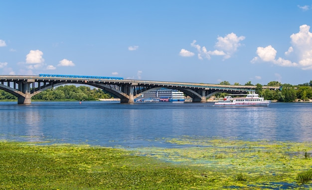 Uitzicht op de metrobrug over de dnjepr in kiev