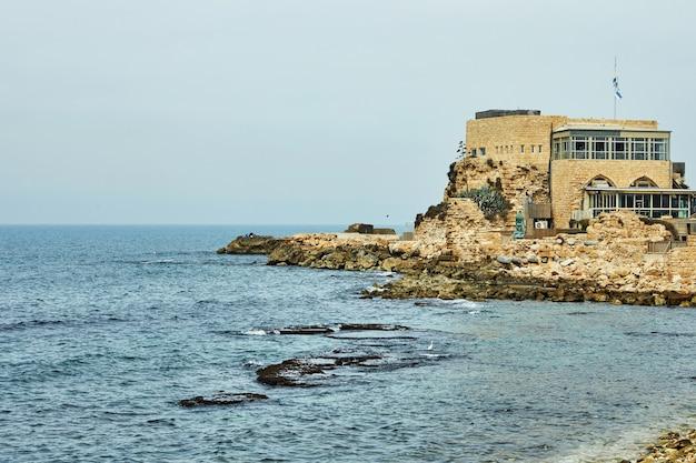 Uitzicht op de middellandse zee en het bezoekerscentrum in het caesarea seaside national park.