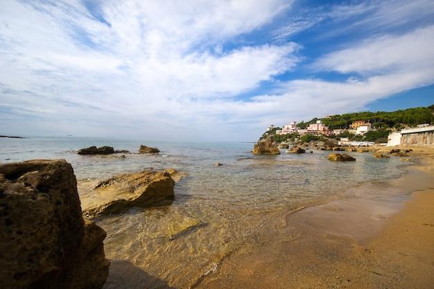 Uitzicht op de middellandse zee en het strand in castiglioncello. italië.