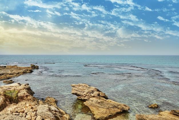 Uitzicht op de middellandse zee in het nationale park aan zee van caesarea.