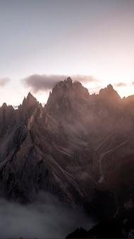 Uitzicht op de mistige tre cime di lavaredo in de dolomieten, italië mobiel behang