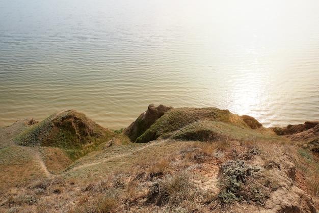 Uitzicht op de monding van het stanislavsky landscape reserve, buitenwijk van het dorp stanislav belozersky