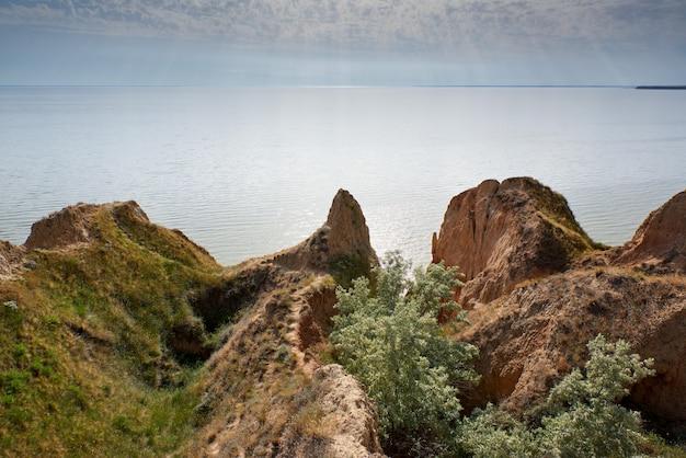 Uitzicht op de monding van het stanislavsky landscape reserve, buitenwijk van het dorp stanislav