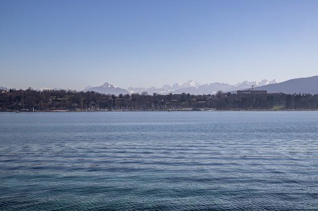 Uitzicht op de mont blanc en de alpen aan het meer van genève, zwitserland