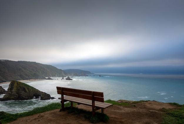 Uitzicht op de mooiste bank ter wereld in mirador de coitelo, loiba, galicië, spanje
