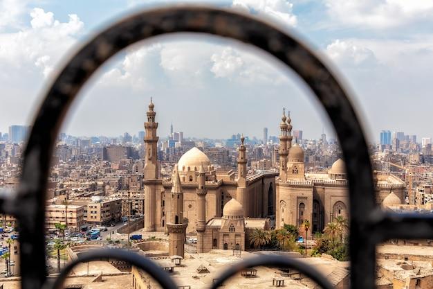 Uitzicht op de moskee-madrasa van sultan hassan door de oude poort van de citadel in caïro.