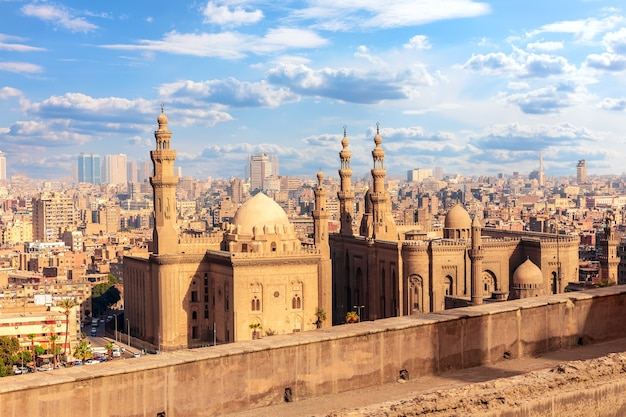 Uitzicht op de moskee-madrassa van sultan hassan, caïro, egypte.