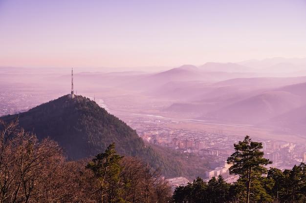 Uitzicht op de natuur met bergen