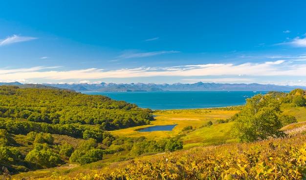 Uitzicht op de natuur met zee en landschap op kamtsjatka